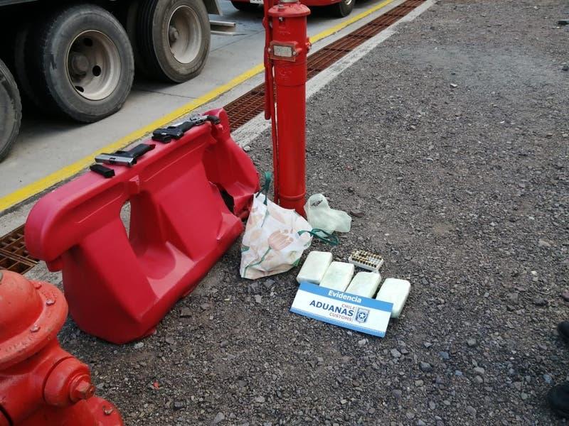 Encuentran 4 kilos de cocaína y armas de fuego abandonadas en el Paso Los Libertadores