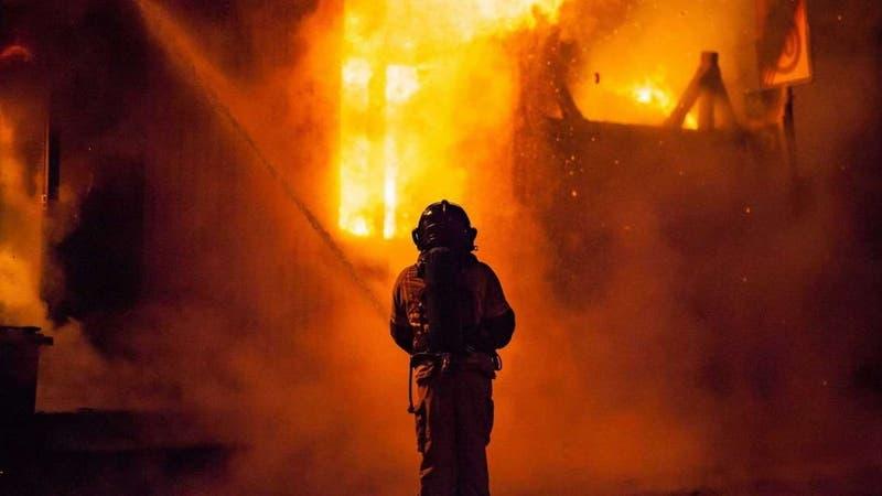 Al menos 23 muertos en incendio al interior de UCI donde trataban pacientes con COVID-19 en Irak