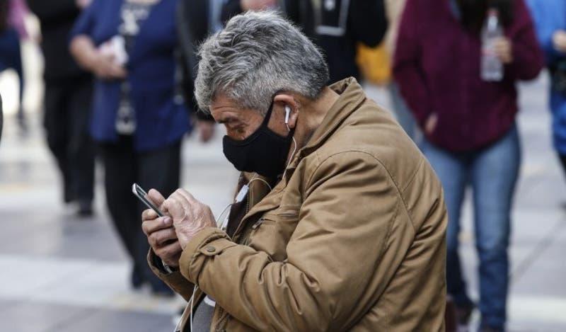 """Iniciativa """"Vamos chilenos"""" ha entregado más de 36 mil celulares a adultos mayores en pandemia"""