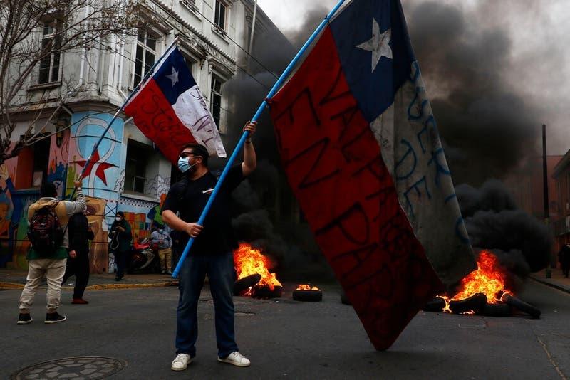 Trabajadores portuarios encienden barricadas en Valparaíso para protestar contra las AFP