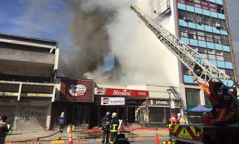 Incendio afecta a céntricos locales de Concepción: llamas se propagaron a edificio aledaño