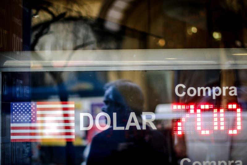 Dólar cae de los $700 luego de que se destrabara el tercer retiro desde las AFP