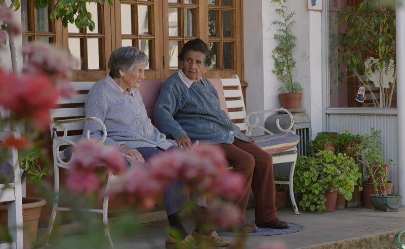 """""""Las Fugitivas"""": Canal 13 estrenará cortometraje protagonizado por dos abuelitas de """"El Agente Topo"""""""