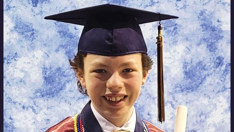 Niño de 12 años aprovechó la pandemia para graduarse de secundaria y de la universidad