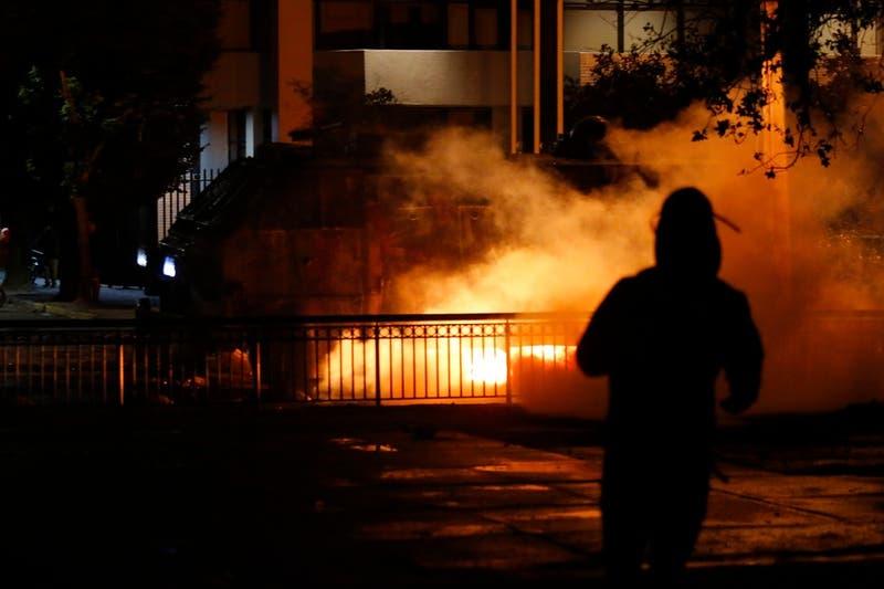 Dos carabineros con quemaduras en sus rostros tras ser atacados con bombas molotov en Antofagasta