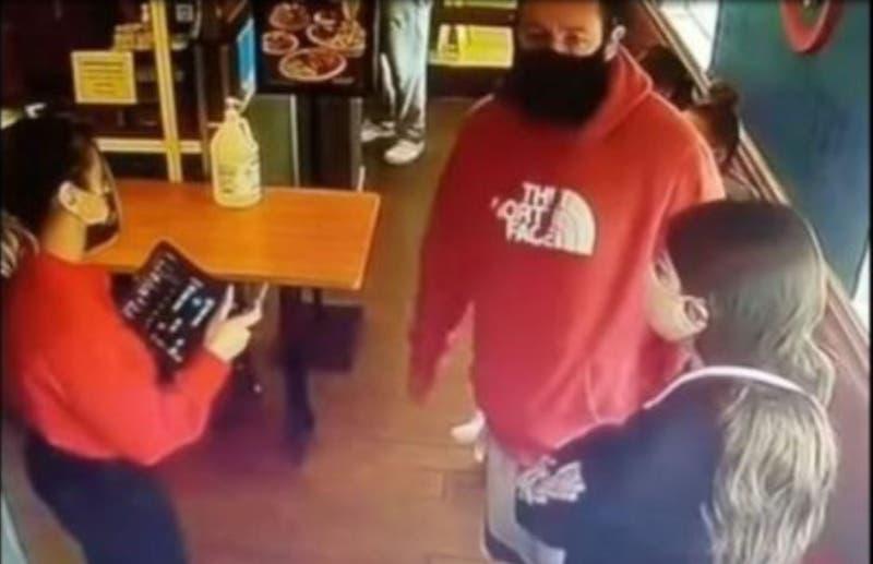 Mesera se vuelve viral al negar la entrada a un restaurante a Adam Sandler