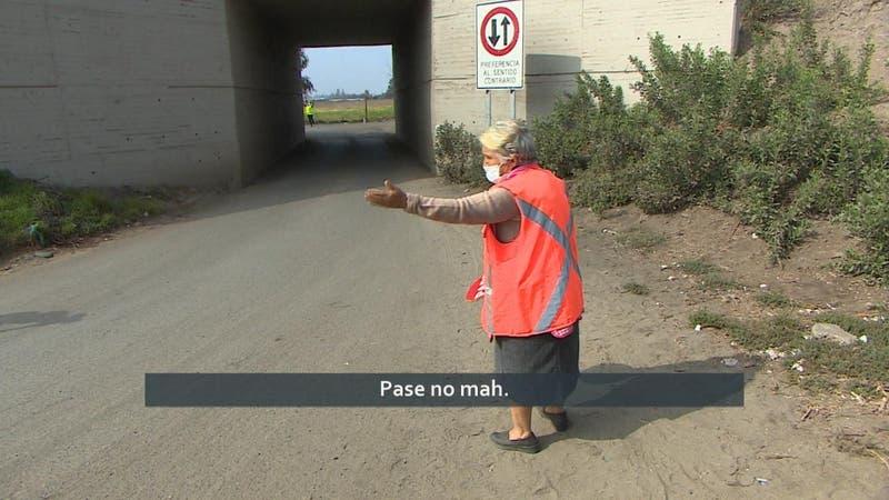 """[VIDEO] Tiene 82 años y trabaja """"dirigiendo"""" el tránsito porque su pensión no alcanza"""