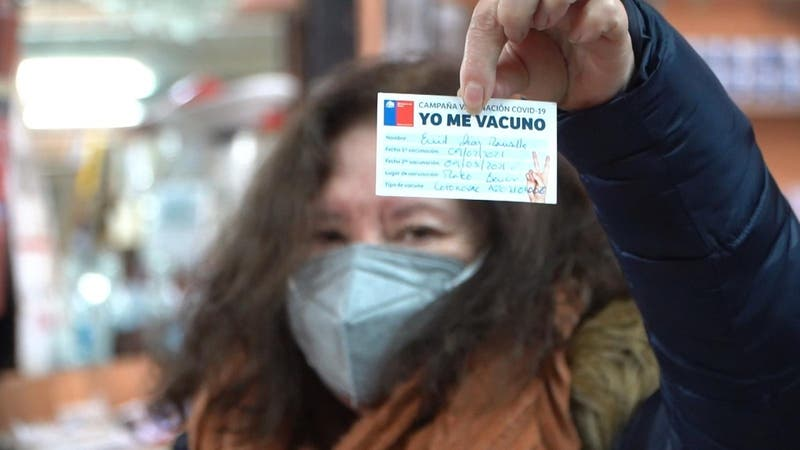 """[VIDEO] Tienda """"premia"""" a vacunados contra el COVID-19 con descuentos en sus compras"""