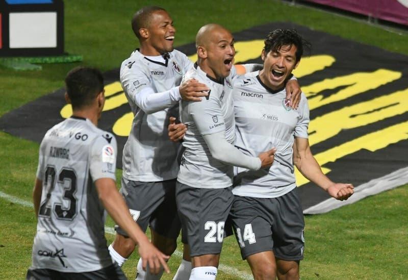 Con gol de Matías Fernández La Serena vence a Everton, que tuvo a tres expulsados