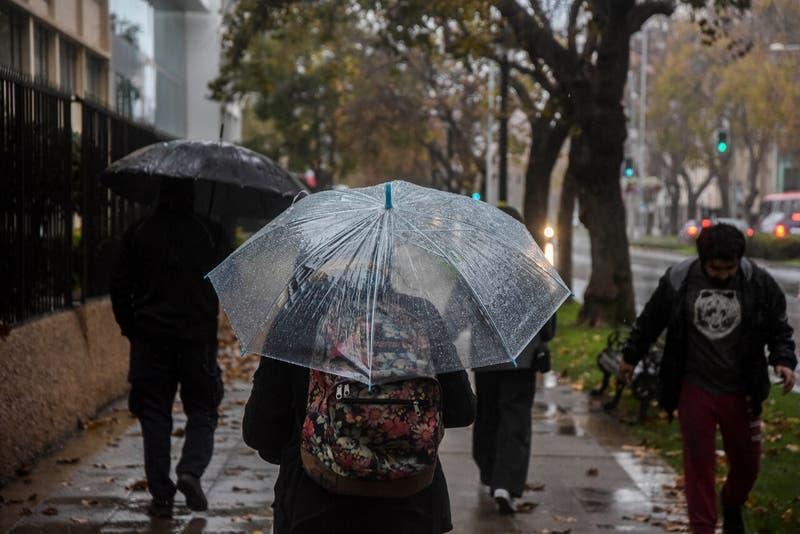 Enel activa plan preventivo en la Región Metropolitana ante posibles cortes de luz por lluvias
