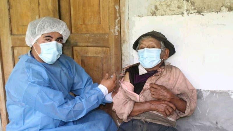 Anciano de 121 años fue vacunado contra el COVID-19 en Perú