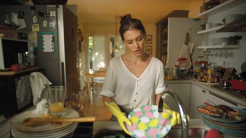 """[VIDEO] """"Dedus crespus"""": La campaña que busca promover las labores domésticas compartidas"""