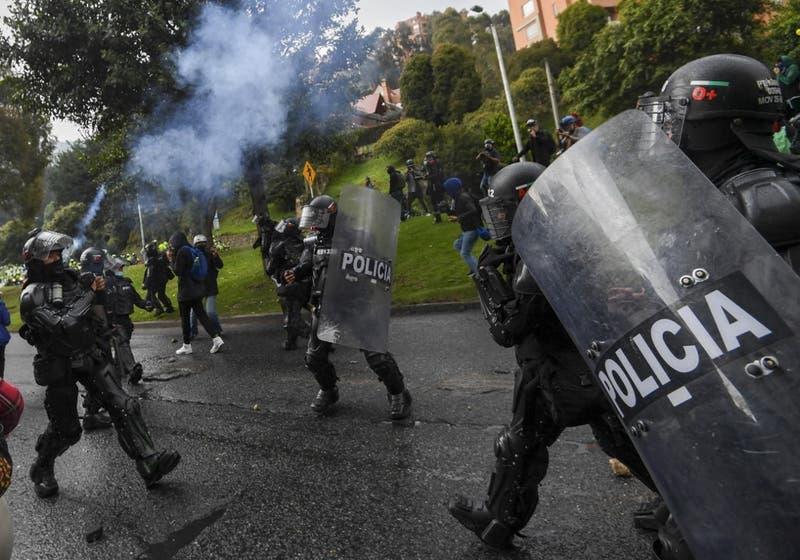 Al menos 17 muertos y 800 heridos en cinco días de disturbios en Colombia