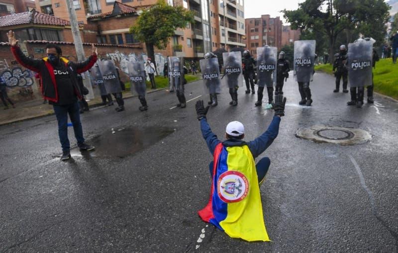 17 muertos y 800 heridos en cinco días de disturbios en Colombia
