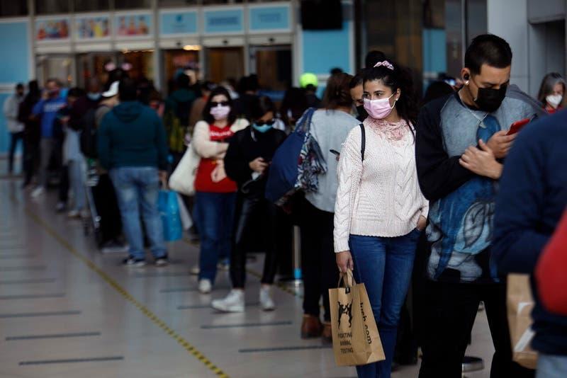 Extensas filas en Costanera Center previo al Día de la Madre: Labra afirma que se cumplen medidas