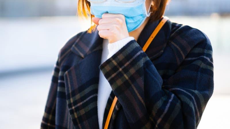 Joven tose cada dos segundos por inusual secuela del COVID-19
