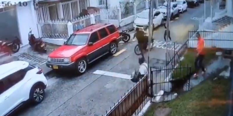 """[VIDEO] Lo apodan """"Jackie Chan colombiano"""": Hombre repele a dos ladrones en moto con patada voladora"""
