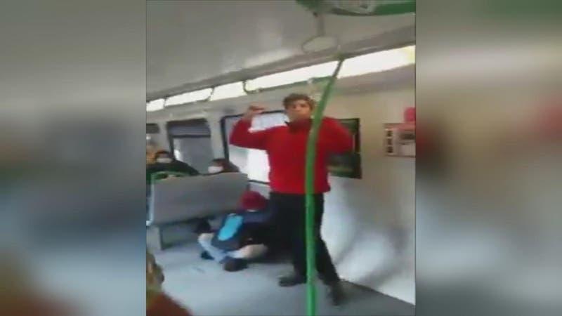 [VIDEO] Denuncian que guardia de Metro Valparaíso golpeó y escupió a músicos dentro de un vagón
