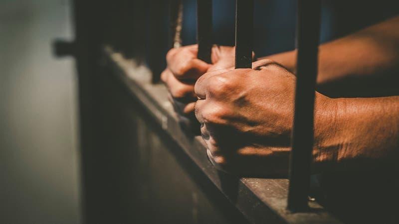 """Violador sufre """"brutal ataque"""" tras ingresar a la cárcel y requiere de cirugía por las lesiones"""