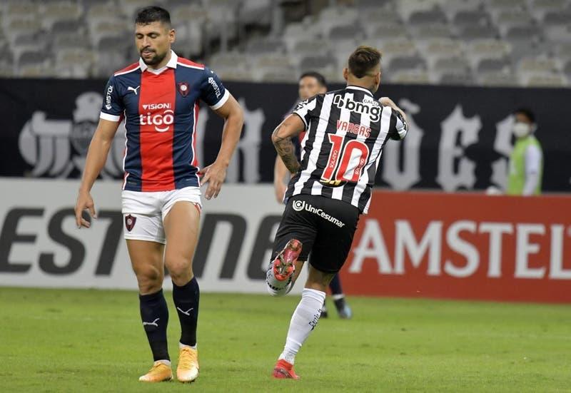 De palomita: El golazo de Eduardo Vargas en triunfo de Atlético Mineiro en Copa Libertadores