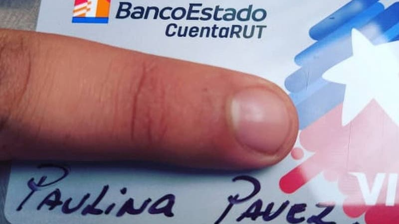 Le entregan tarjeta CuentaRUT con el nombre escrito con plumón