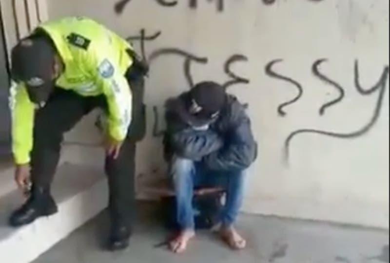Ecuador: Policía regala sus botas a migrante colombiano que se dirigía a Chile