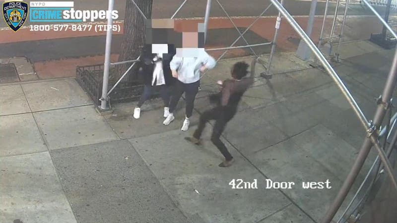 [VIDEO] Captan violento ataque a martillazos a dos mujeres asiáticas en calle de Nueva York