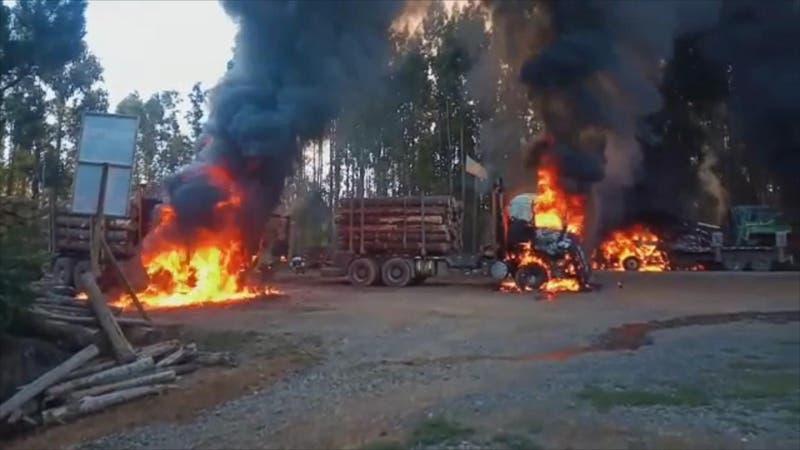 Denuncian nuevos ataques incendiarios en La Araucanía: Queman vehículos y maquinarias forestales