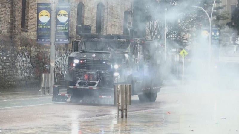 Alertan lanzamientos de proyectiles múltiples desde tanquetas durante protestas en Colombia