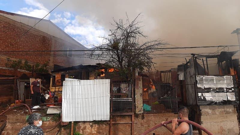 Incendio afecta a dos casas en Viña del Mar