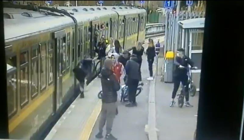 Revelan video de agresión de grupo de hombres a una joven en Dublin: cayó a vías del tren