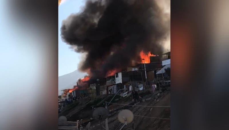 Incendio consume decenas de casas en campamentos de Antofagasta