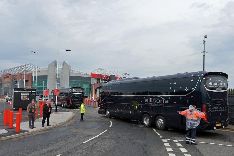 Se repiten las protestas: Hinchas del Manchester United bloquean el bus del Liverpool