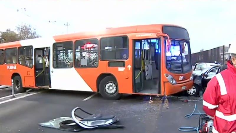 Sujetos robaron bus con pasajeros y al huir chocaron en Peñalolén: pretendían quemarlo
