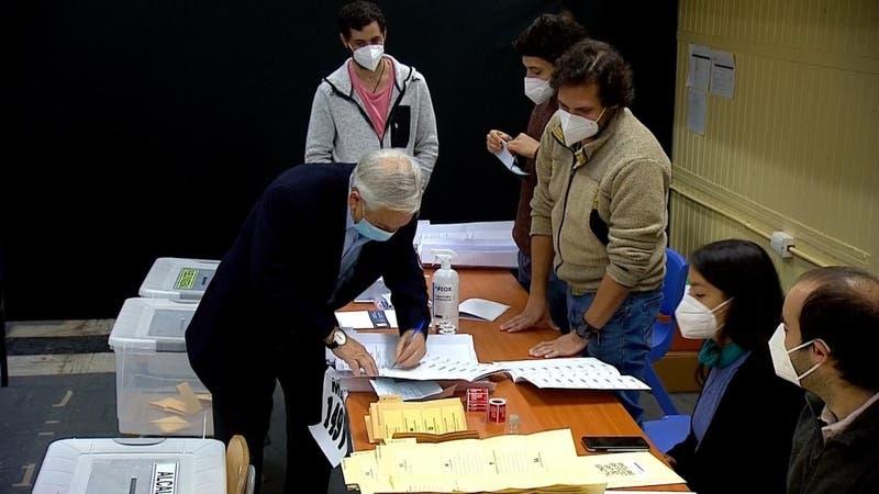 Piñera tuvo problemas para cerrar el voto y se sacó la mascarilla