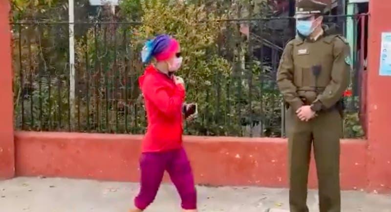 En la suya: La maratónica entrada de Erika Olivera a su recinto de votación