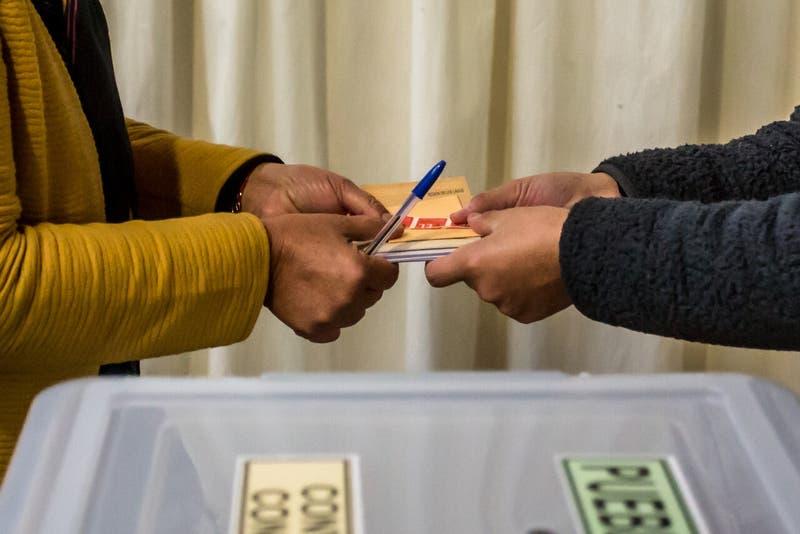 Carabineros detiene a 37 personas en primera día de elecciones: Mayoría se negó a ser vocal de mesa