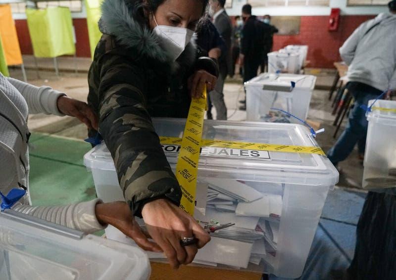 Vocales con COVID y episodio de Pamela Jiles: Los episodios que marcaron el primer día de elecciones