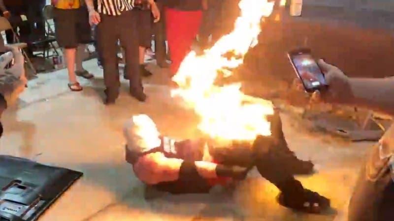 [VIDEO] Luchador sufre fuertes quemaduras tras truco que salió completamente mal en pelea