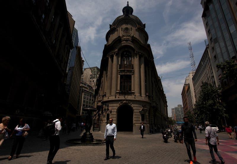 Bolsa chilena no levanta cabeza: mal día de mercados globales e incertidumbre local afectan al IPSA