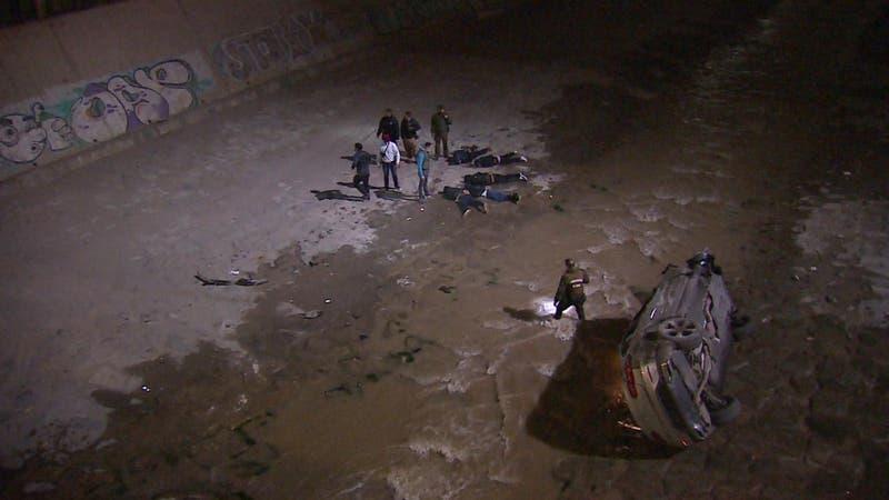 """Auto que escapaba de la policía con personas en su interior """"voló"""" al río Mapocho"""