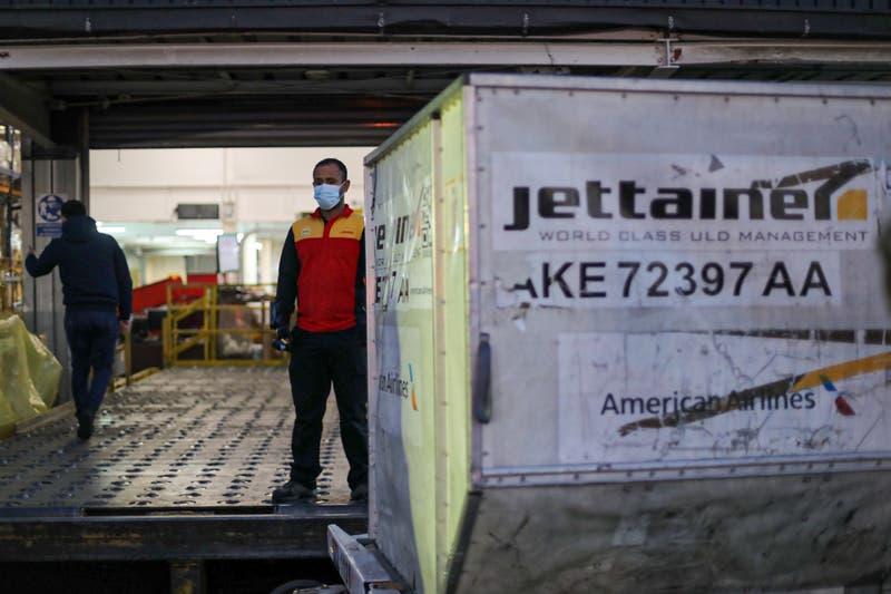 Llega nuevo cargamento con más de 600 mil vacunas de Pfizer y AstraZeneca a Chile