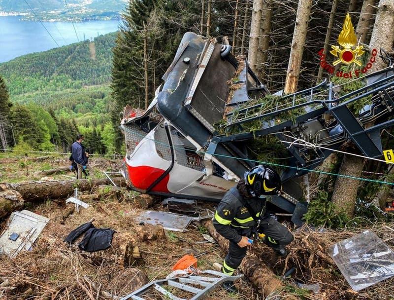 Aumentan a 13 los muertos por caída de teleférico en Italia