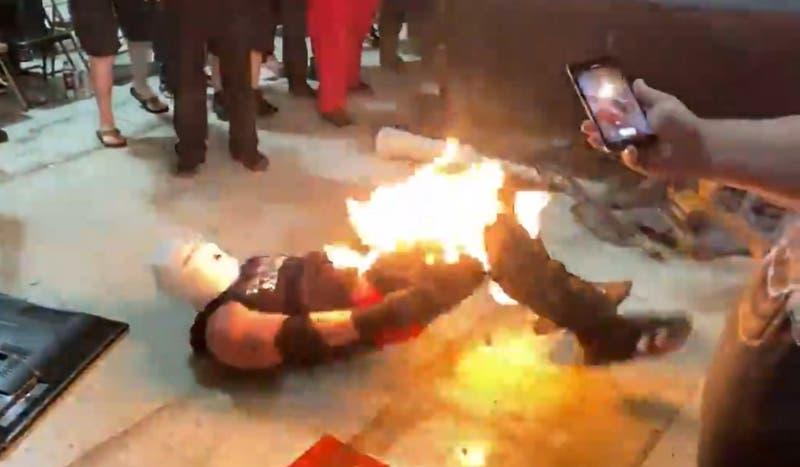 Luchador prende fuego a su rival en lucha libre independiente