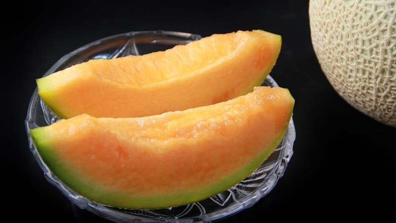 Venden dos melones por casi 18 millones de pesos en una subasta en Japón