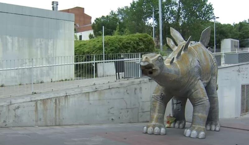 Hombre muere atrapado dentro de una estatua de dinosaurio en España