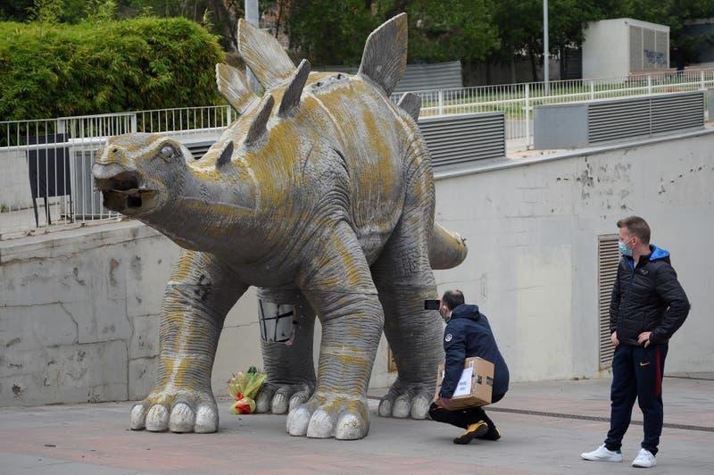 Hallan muerto a hombre dentro de estatua de dinosaurio: Habría caído intentando rescatar un celular