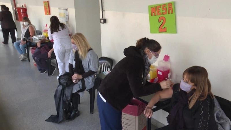 Vacunación COVID-19 en Argentina: De fabricantes a falta de dosis