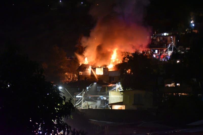 Bomberos trabaja en incendio que afecta a viviendas en el cerro San Cristóbal