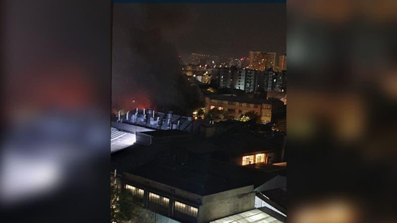 Incendio se produce en local comercial en el centro de Santiago